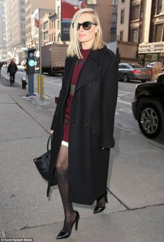 Margot Robbie - New York  Strolling - x 5