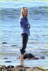 Rosie Huntington-Whiteley - out in Malibu 12/27/13
