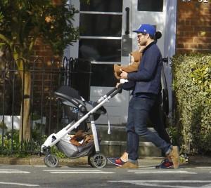 Fotos UHQ sin marcas: Jamie Dornan paseando con su familia- 12 Marzo
