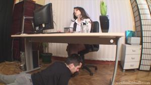 Подчиненная трахает начальницу видео тоже