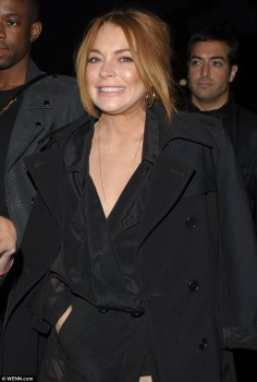 Lindsay Lohan - DKNY Men's Spring/Summer show at One Embankment in London on Sunday night x 8 lq