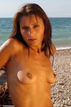 Cute Girl Irena Posing Nude On The Beach [Amateur] [2000 x 3008, 90]