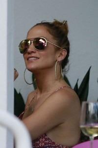 0d9e94342186381 Jennifer Lopez and Leah Remini shopping at Fred Segal in L.A. (July 30, 2014) candids