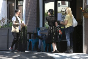 ed4b3e342187589 Dita Von Teese grabs breakfast at Stamp restaurant (July 30, 2014) candids