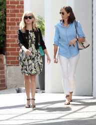 Reese Witherspoon goes out shopping in Beverly Hills 08-07-2014