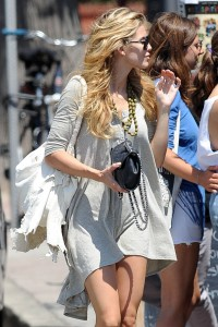 0cfe6f346464835 AnnaLynne McCords dress blew up to reveal her underwear in Venice, August 20 x 31 HQs candids