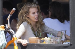 7131c2346464888 AnnaLynne McCords dress blew up to reveal her underwear in Venice, August 20 x 31 HQs candids