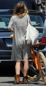 af8e8c346464814 AnnaLynne McCords dress blew up to reveal her underwear in Venice, August 20 x 31 HQs candids