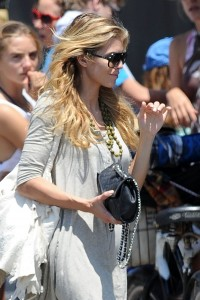 b37ae1346464843 AnnaLynne McCords dress blew up to reveal her underwear in Venice, August 20 x 31 HQs candids