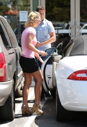 a68f5f348545652 Britney Spears at Wildflour Bakery and Cafe in Agoura, California   August 26, 2014   52 HQ/UUHQ candids